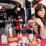 kobieta w restauracji — Zdjęcie stockowe