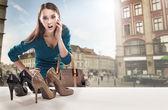 Genç kadın dükkanı penceresine bakarak — Stok fotoğraf