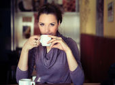 Young woman drinking coffee — Stock Photo