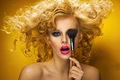 Retrato de una mujer sexy con cepillo — Foto de Stock