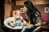 Bambino sorridente, giocando con la sua mamma — Foto Stock