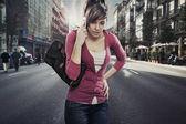 Senhora bonito fala por telefone, na rua — Fotografia Stock
