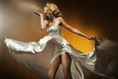 Belle femme vêtue d'une robe blanche — Photo