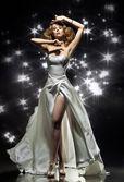 Prachtige dame dragen prachtige jurk — Stockfoto