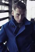Jeune homme au manteau à la mode — Photo