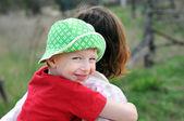 肩に幸せな少年 — ストック写真