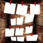 Czysty papier wiszące na liny w drewniane pudełko — Zdjęcie stockowe