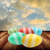 Ovos de páscoa na mesa de madeira — Foto Stock