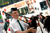 Edinburgh street bagpiper — Stock Photo