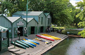 Antigua Boat sheds at the river Avon in Christchurch — Stock Photo