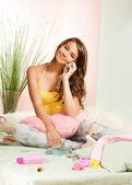 Lycklig tonåring chattar på telefon — Stockfoto