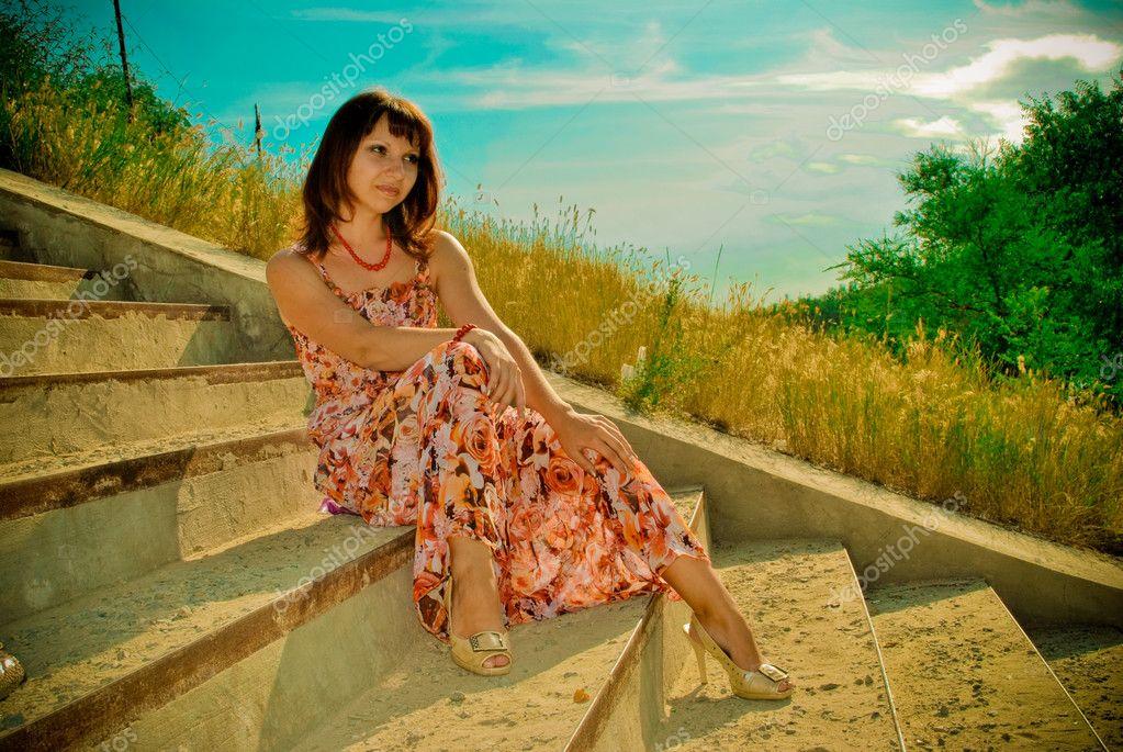 фото красивой девушки на фоне природы