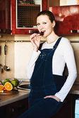 Mulher grávida na cozinha — Foto Stock