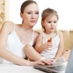 těhotná matka a dítě s přenosným počítačem — Stock fotografie