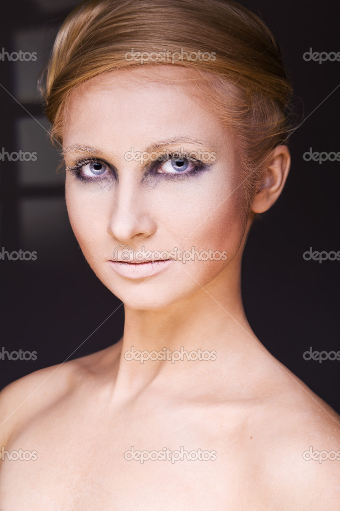 Beautiful face of a glamour woman with brightly makeup — Stock Photo #9028429