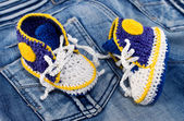 Knitting gym shoes for newborn — Stock Photo