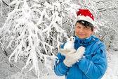 Kobieta z śnieżki — Zdjęcie stockowe