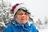Kobieta posypane przez śnieg — Zdjęcie stockowe