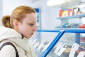 Girl buys a candy store — Stock Photo