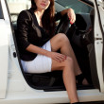 mujer sexy en auto blanco — Foto de Stock