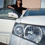 mujer de pie cerca de un coche, gran angular — Foto de Stock
