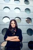 都市の背景の上の女性の肖像画 — ストック写真