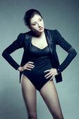 Vrouw die zich voordeed op studio, dragen zwarte jas — Stockfoto