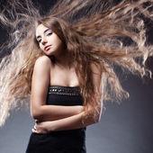 Mulher com posando de cabelo voando — Fotografia Stock