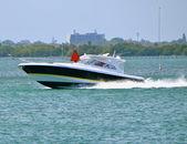 Barco de pesca por exceso de velocidad — Foto de Stock