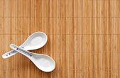 čínská lžíce na slaměné mat — Stock fotografie