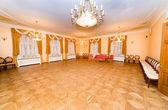 Hall à malpils manor est prêt pour la cérémonie de mariage — Photo
