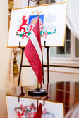 The national flag and Coat of arms of Latvia — 图库照片