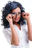 Beyaz arka plan üzerinde poz gözlüklü genç bir kadın — Stok fotoğraf