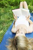 Dziewczyna leżąc na plecach — Zdjęcie stockowe