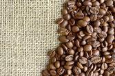 Kahve çekirdekleri ve çuval arka plan — Stok fotoğraf