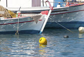Barcos de pesca tradicional aldeia grega — Foto Stock