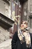 Glamor woman posing at urban scenery — Stock Photo
