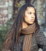 Portret van een mooie brunette jonge vrouw — Stockfoto