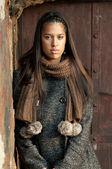портрет красивая брюнетка женщина прислонилась стены — Стоковое фото