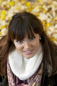 Portrait de la belle jeune femme à l'extérieur à l'automne — Photo