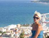 Beautiful woman enjoying sun while on vacation — Stock Photo