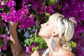 портрет красивой молодой женщины-короткошерстная, пахнущий розовый flo — Стоковое фото
