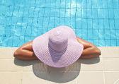 Mulher bonita aproveitando na área da piscina — Foto Stock