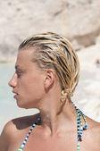 профиль привлекательная блондинка женщина в бикини — Стоковое фото