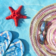 Straw hat, glasses, sea star and flip-flop sandals — Stock Photo