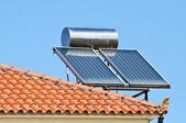 Panel solar en un techo rojo — Foto de Stock