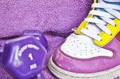 Concetto di esercizio - scarpe da ginnastica e manubri — Foto Stock
