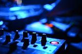 Parte de un mezclador de sonido audio con botones y deslizadores — Foto de Stock