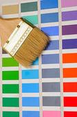 Palette d'échantillons de couleur avec un pinceau sur fond blanc — Photo