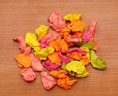 Collection de papiers de froissé colorés sur un fond en bois — Photo